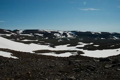Séð niður Fljótsskarð, Hesteyrarfjarðarmegin. Til vinstri sést í Kjaransvíkurskarð.
