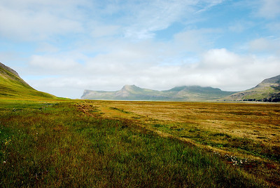 Horft frá Höfn yfir Hornvík. Horn, Ystidalur, Miðfell, Miðdalur, Múli (Kálfatindar í þoku) og Innstidalur.