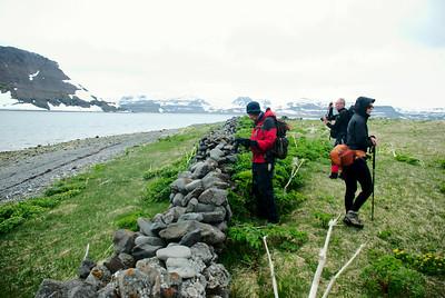Sigurður við vegghleðsluna á Borðeyri