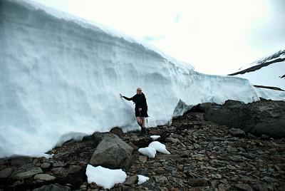 Guðný við snjóskafl í Veiðileysufirði