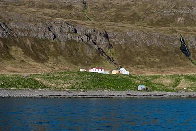 Hornvík - Horn. Gufubaðið, Stígshús, Frímannshús og Sjávarhúsið í fjörunni. 2010.