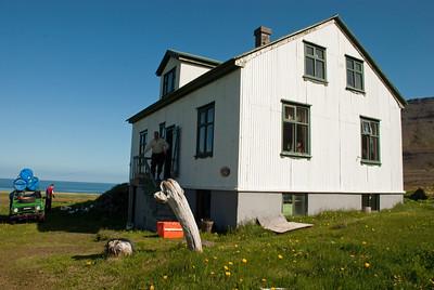 Aðalvík - Þverdalur. Faktorshús. 2010. Húsið var faktorshús á Hesteyri og var tekið niður og flutt í Þverdal í Aðalvík.