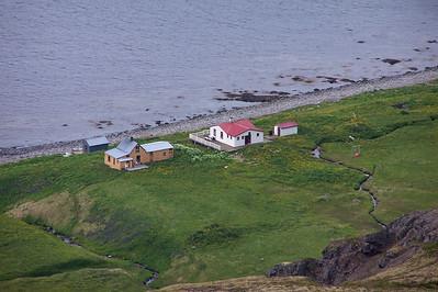 Hornvík - Horn. Sjávarhúsið í fjörunni, Frímannshús (gult), Stígshús (hvítt með rauðu þaki) og Hagerupshjáleiga - gufubaðið. 2005.