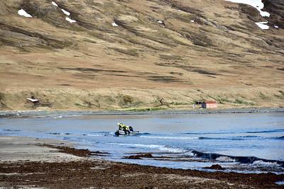 Varðskipsmenn og björgunarskýlið í Furufirði
