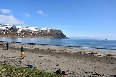 Leitað að rusli. Týr út á Furufirði.