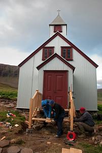 Gylfi frá Hjálmfríðarbóli, Inga smiður og Einar Hreins frá Borg vinna að tröppunum