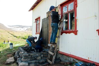 Gunnar, Inga smiður og Ingvar laga til járnið á prestbústaðnum.