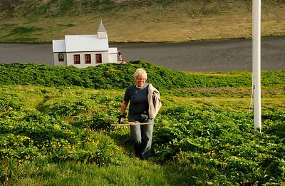 Guðmunda á leið frá kirkjugarðinum
