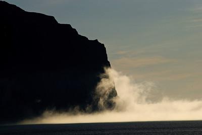 Þokan reyndi að læðast inn í Hornvíkina, en eitthvað hélt aftur af henni