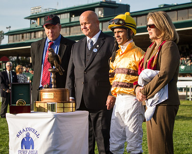Rick Nichols of Shadwell Farm presents the trophy to the connections of Wise Dan in the winners circle at Keeneland on 10.06.2012