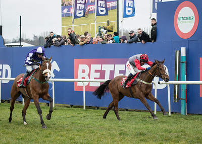 Justatenner (Right) for C L Tizzard and T Scudamore  - Winner 14:25