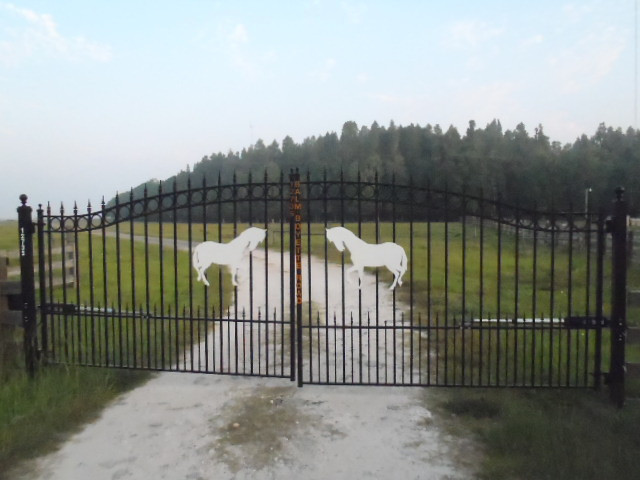 Private Gated Entryway For all Boardes Who's Horse's Reside Here!