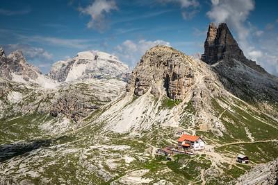 Pohled na chatu Dreizinnen Hut z cesty na Monte Paterno