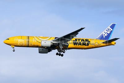 """ANA's 2017 """"Star Wars - C-3PO"""" logo jet"""