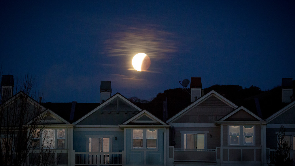 . The Super blue blood moon sets over the Novato, Calif sky during a total lunar eclipse Wednesday Jan. 31, 2018. (Jeremy Portje/special to The Marin Independent Journal)