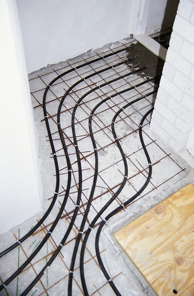 mounting the heatingtubes in the hall (homebuilding 1990 - 1991)