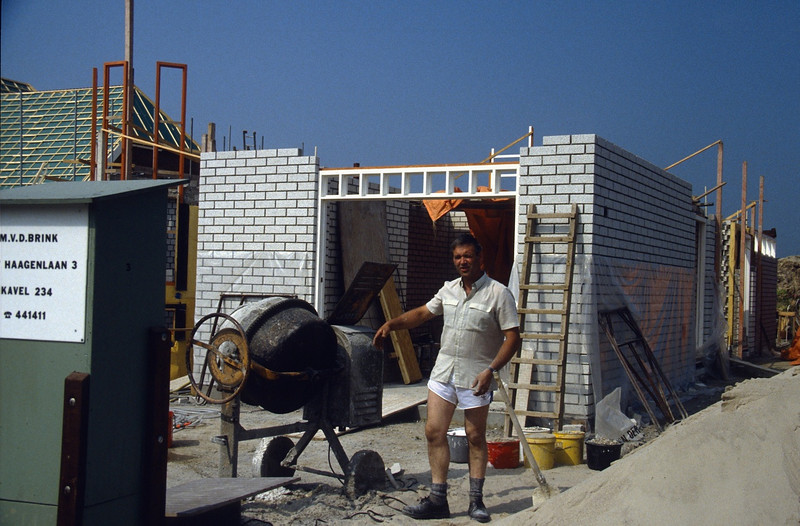 Henk makes mortar and....he wears a short !? (building my house in the hot summer of 1989)