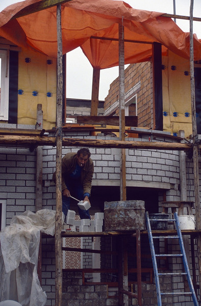 the bricklayer Bert van Hout (building my house)