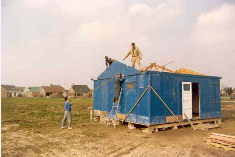"construction of our temporary accommodation ""de keet"" (April 1th 1989)"