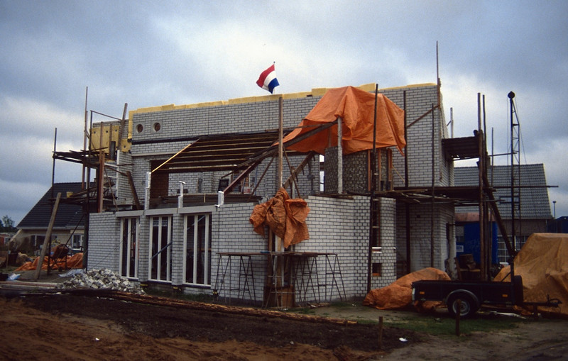 reaching the top of the house on 10th  Sept. and rainprotection (10 Sept.1989, building my house)