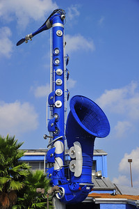 """This huge blue saxophone advertises the club, """"The Horn"""" on Richmond Ave."""