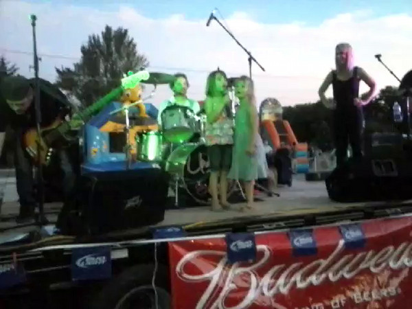 GND music - local girls serenade the crowd