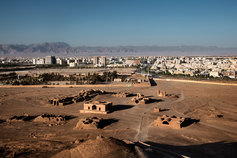 August 23, 2017 – Yazd, Iran. The contrast between ancient and modern in a view of the city of Yazd. © Simone Tramonte