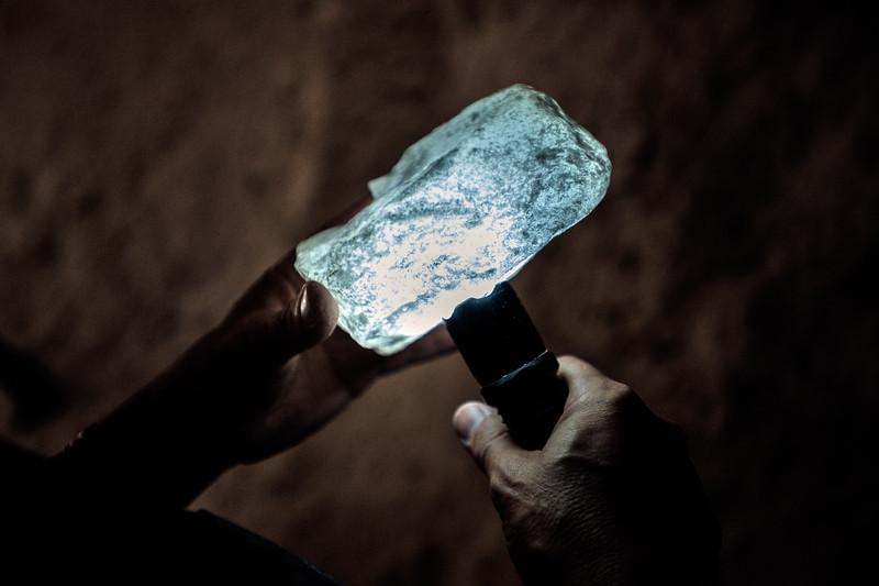 Illuminando le gemme di sale con una torcia viene verificata la purezza del filone di sale marino fossile.