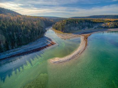 Vol de drone, l'embouchure de la rivière Patate, centre nord de l'île Anticosti