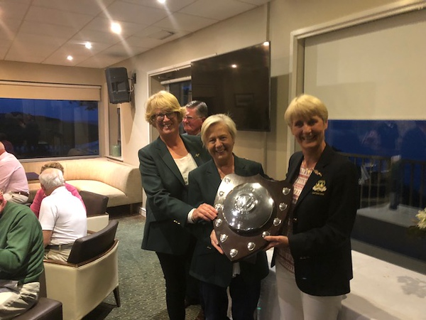 Lady Captain Tina presenting The HubCap Trophy to the victorious Woodenbridge Team
