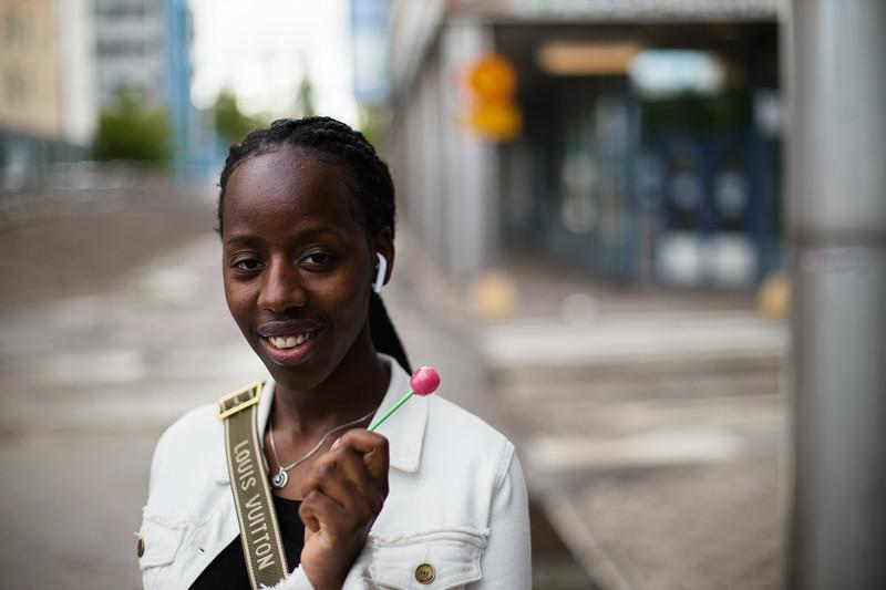 – Ihmisten auttaminen on ollut lähellä mun sydäntä ja olla ystävällinen kaikkia muita ihmisiä kohtaan. Olen opiskellut vuoden sairaanhoitajaopintoja. Mä olen syntynyt Kongossa, mutta oon asunut myös Ruandassa. Ja mun mummikin kun oli iältään 103 ja just sekin oli hoitaja. Niin sitä kautta mua kiinnostaa tää hoitoala. Sieltä se on tullut mulle.
