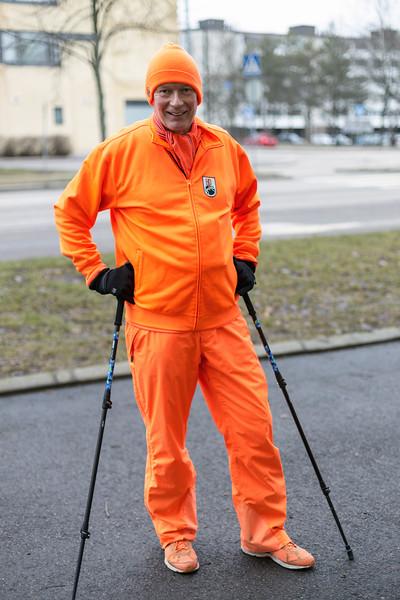 """""""Mun lempiväriä ei ainakaan tarvitse kenenkään arvata. Supersuosikki joukkueeni on Hollanti, futiksessa. Ja sit Englannissa on Blackpool, joka pelaa jossain kolmannella sarjatasolla ja sit Dundee United Skotlannissa. Mä olen tosi innokas penkkiurheilija. Kesällä mä keskityn fillariin. Mulla on oranssin värinen fillari, jonka merkki on, et ikinä arvaa? Orange. Mä sanon aina, että eipähän mua ainakaan hirvimiehet ammu."""""""