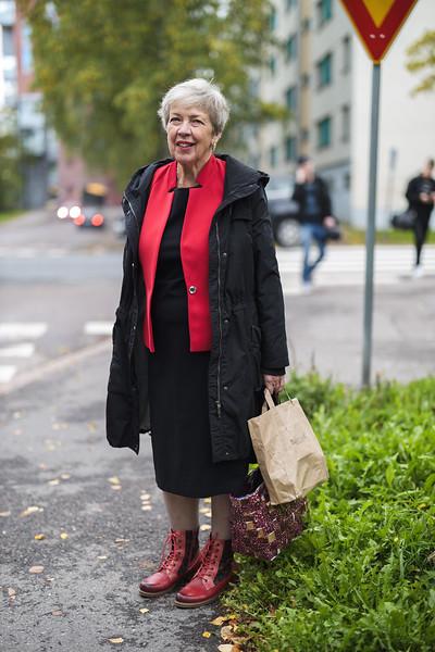 """""""Mä oon muuten alkanut palvelemaan Kekkosta ensimmäisenä, sit oon Koivistoa. Sit oon palvellut Risto Leskistä ja useita korkeimman oikeuden tuomareita. 42 vuotta neljässä polvessa olen heitä palvellut. Mulla on sellainen juhlapalvelu, niin mä oon tämmöinen palvelijatyttö. Täällä olen asunut 50 vuotta ja niin kovalta se tuntuu palvelijatytöltä lähteä, kun mä olen yksineläjä vielä. Kaikki pitää panna pakettiin koska tulee putkiremontti. Melkein itketti lähteä Uomakuja 6:sta. Nyt pitää muuttaa pois melkein kolmeksi kuukaudeksi. Se on kova paikka kuule. Yksin olen pakannut, mulla on iso huoneisto vielä, niin ei kyllä naurata. Suru on puserossa. Pääsen takaisin kyllä, mutta nyt joutuu olemaan evakossa. Mä olen jo yhden kerran lähtenyt Karjalasta evakkoon, niin nyt tämä on toinen evakkoreissu. Mutta nyt mun kyyti tulee, hyvää jatkoa."""""""
