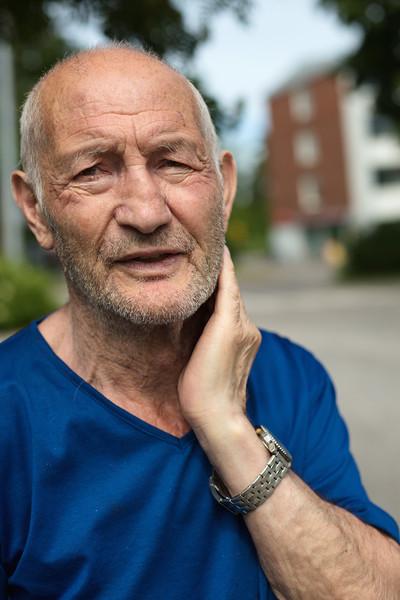 """""""Olen ollut nyt 49 vuotta Suomessa. Silloin kun tulin, täällä oli hyvin vähän ulkomaalaisia. Vuonna 1971, oli kesäkuu. Kaverilla oli autokorjaamo ja hän kävi Turkissa. Sitten hän kysyi, voitko tulla töihin autokorjaamoon Suomeen? Minä kysyin mikä Suomi? Hän sanoi, että se on Venäjän naapuri. Minä kysyin onko kommunistimaa? Hän sanoi, että ei ole. Ruotsista kestää laivalla matkustaa yhden päivän. Minä ajattelin, että en tiedä kyllä sellaisesta maasta. Sitten hän kysyi vielä, muistatko Helsingin olympialaiset? Ahaa, nyt minä muistan! Sanoin, että kyllä minä katson, tulen yhdeksi vuodeksi ja sitten minä menen takaisin. Sitten vaan tuli vuosi  ja seuraava. Vielä minä olen täällä!"""" ."""