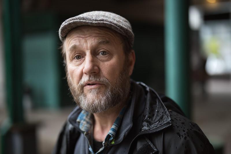 – Olen alunperin lähtöisin Varsinais-Suomesta maanviljelijä perheestä. Lähtenyt sieltä 35 vuotta sitten. Tulin sitten tänne ja olen asunut eri puolilla pääkaupunkiseutua. Nyt oon ollu tässä Vantaalla vuodesta 2008 lähtien. Meidän tila oli Pöytyällä, sellainen pieni maalaispitäjä. Asuttiin keskellä korpea ja kuntakeskukseen oli 5 kilometriä matkaa. Asuttiin metsän ja pellon reunassa ja olen jo pienestä pojasta asti kiinnostunut lennokeista. Se sai varmaan alkunsa isäpuolen kautta. Hänellä oli purjelentolupakirja, siitä sitten pääsin lentokoneen kyytiin. Sitten tuli lennokkit kun pikkupoikana pääsin lennokkikerhoon ja lopulta sain jo silloin käytettynä ensimmäisen radio-ohjattavani. Nyt minulla on kuvauskoptereita ja olen kuvannut täällä niillä esimerkiksi muraaleita ja joitain tapahtumiakin.<br /> Mutta en jaksa oppia enää uutta. Mulla tuli päähän osumaa, tapaturma uima-altaalla. Hyppäsin uimapatjalle ja sen päältä liu'uin laitaa vasten. En enää jaksa syventyä siihen uuden oppimiseen niin syvällisesti. Tuli lievä aivovamma. Mä toimin silloin yrittäjänä ja sit mä en vaan enää jaksanut, pystynyt enkä kyennyt. Tuntui, että kaikki oli vaan, että ei tästä tule mitään. Mulla oli kolme vuotta muisti pois. Sit tuli burnout ja masennus. Sitä sitten melkein sen 10 vuotta kestikin. Muutaman vuoden jopa ryyppäsin niin paljon, että sammuin monta kertaa tuolla meidän alueella pihoilla ja olin ihan räkäkännissä. Se oli 2008 kun mä muutin tänne ja en tuntenut ketään. Siellä oli puiston porukkaa ja se oli ainut, että mä tutustuin heihin. Sittenhän minäkin ajauduin sinne puistoon ja olin siellä joka päivä ja örvelsin. Mutta nyt hurahdin taas tähän liikuntaan. Jouluna olin viikon kuntolomallakin. Nyt on niin, että masennusta ei ole enää. Minkäännäköistä, päin vastoin. Nyt voin jo huoletta nauraa sille asialle. Kipuja on kyllä niskassa ja käyn jatkuvasti kuntoutuksissa.