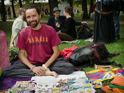 Muž sdílící radost na Čajomírfestu 2014