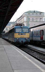 V43 1025 at Budapest Keleti on 1st March 2011 working 1810 Budapest Keleti to Bekescsaba