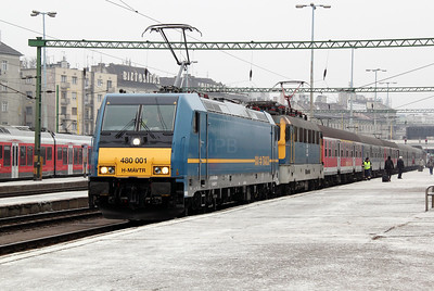 2) 480 001 & V43 3187 at Budapest Deli on 28th February 2011 working 852, 0911 Budapest Deli to Keszthely.