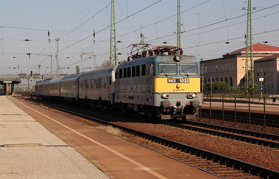 V43 1022 at Hatvan on 9th October 2010 working IC517, 0928 Miskolc Tiszai to Budapest Keleti