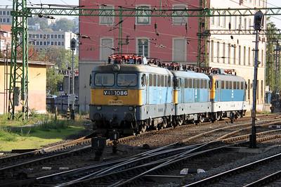 2) V43 1086 at Budapest Deli pu on 11th October 2010