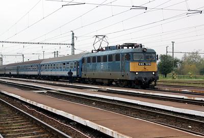 V43 1018 at Puspokladany on 7th October 2010 working 6102, 1028 Budapest Nyugati to Zahony