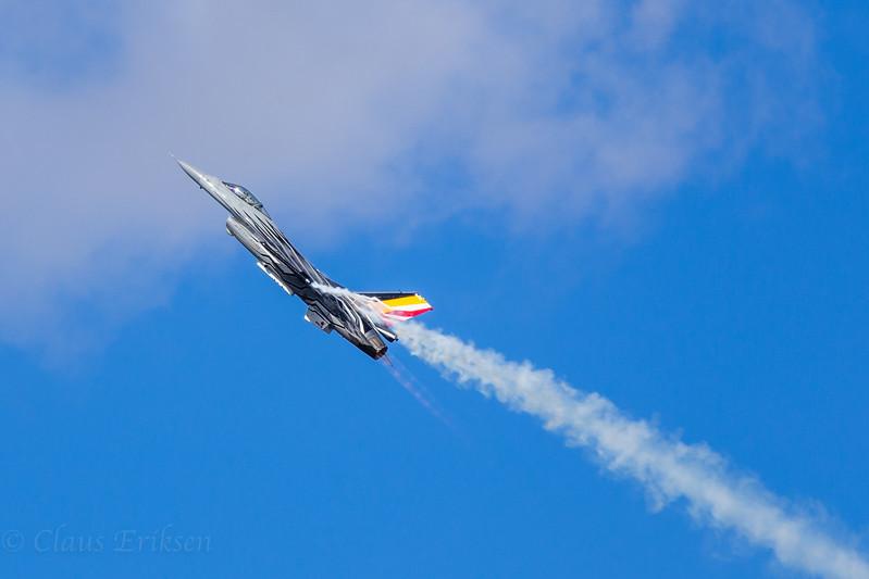 Belgian F-16 smoke and fire