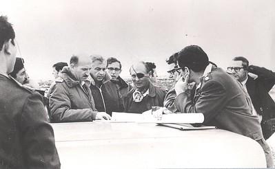 """התייעצות לקביעת מקום הבסיס - משה דיין שר הביטחון, אלוף הפיקוד ומח""""א"""