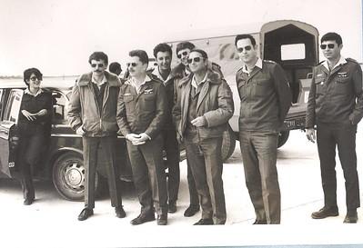צוות ההקמה הקטן שעשה עבודה רבה: מימין לשמאל - הרץ, גרוס, מייק, צחר, דבש, נסים אשכנזי מפקד הבסיס , אורי