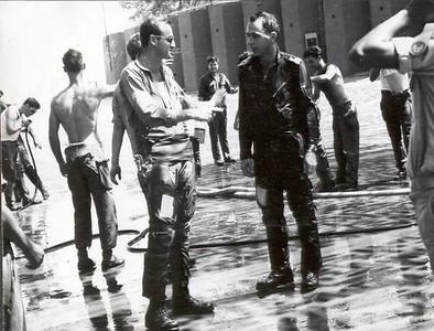 """סא""""ל יוסי שריג, מ.ט 102 ואל""""מ נבו (יאק) מפקד בסיס חצור לאחר טיסת הסולו של נבו על מטוס העייט שנקלט לפני מספר ימים בחצור ביוני 68"""
