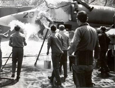 """שטיפה מסורתית של אל""""מ נבו (יאק) מפקד בסיס חצור לאחר טיסת הסולו על מטוס העייט שהגיע לחצור ביוני 68"""