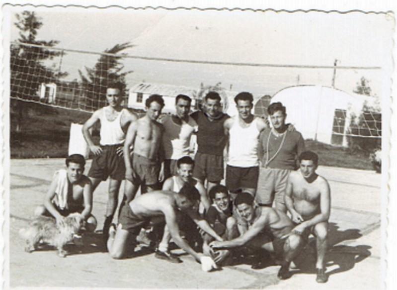 פרחי טיס בכפר סירקין מרץ 1950.  שורה תחתונה מימין לשמאל: משה מלניק, שיוביץ, קוסטה, ילינק (שלושתם מן הקורס הצ'כי. ילינק היה נווט), לא מזוהה, גבריאל שטרסמן. עומדים מימין לשמאל: מדריך ספורט, הוגו מרום, שניים לא מזוהים (הראשון בקורס האיטלקי השני בצ'כי), זאב לונדנר, יחזקאל סומך.