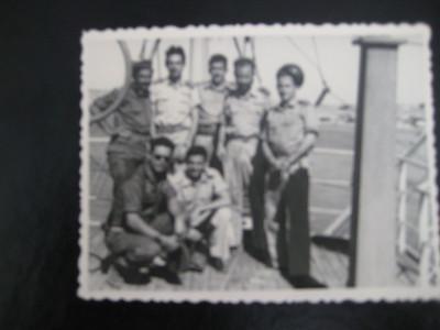 צוות אוויר של טייסת 103, שהטיס את הנשיא יצחק בן צבי מעל סיני במלחמת קדש, 1956. מימין לשמאל: אלחוטן גבריאל שטרסמן, טייס נתן נבות (נוביק), נווט אחיקר לוס, האחרים לא מזוהים.