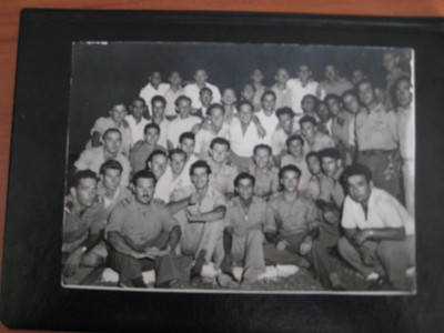 """צוות אוויר וצוותי קרקע בבסיס תל נוף ספטמבר 1950. שורה תחתונה מימין לשמאל: נווט נתן אדלר, אלחוטן רפי גולדמן, נווט מישה מילמן, טייס אייבי נתן, אדם לא מזוהה, טייס דוד בן-אור, אלחוטן גבריאל שטרסמן, טייס """"בְּלֶק"""" בן-חיים. עומדים בשורה מעל, מימין: הנווטים בּוּנֶק וסטפן פלץ. מעל אייבי נתן, מימין גדעון אלרום, מפקד בסיס תל נוף, יעקב אבישר, מפקד טייסת 103. היתר אנשי צוות קרקע. מעל הנווט מילמן אלדד פז, מכונאי בטייסת שלימים היה טייס ונתפרסם כאשר נטש מטוס מעל סיני והלך ברגל הביתה..."""