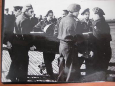 """צוות אוויר של טייסת 103 ברומא, נובמבר 1952. מביאים את ארונותיהם של הטייסים ג'ורג ברלינג וכהן, שנהרגו שם בתש""""ח. משמאל לימין:  אלחוטן בכיר דניאל ששון, טייס דוד בן-אור, נווט מישה מילמן (בגבו), טייס עודד אברבנאל  אלחוטן גבריאל שטרסמן."""